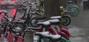 Силен снеговалеж блокира летището в Пекин (ВИДЕО)
