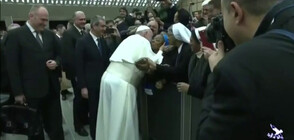 "Папата предпазливо прие да целуне монахиня, само ако ""не хапе"" (ВИДЕО)"