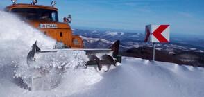 Снегорини се борят с дълбоките преспи в Троянския проход (ВИДЕО+СНИМКИ)