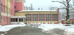 Учители са принуждавани да ринат сняг, за да осигурят достъп до класните стаи?