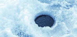 ЧУЙТЕ ТОЗИ ЗВУК: Падането на парче лед през 140-метрова дупка (ВИДЕО)
