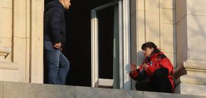 Барикадиралите се мед. сестри излязоха на прозорец на сградата на НС (ВИДЕО+СНИМКИ)