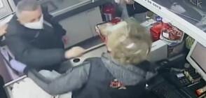 Клиент удари касиерка заради ресто от една стотинка (ВИДЕО)