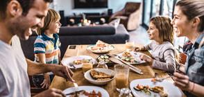 УЧЕНИ: Хората се хранят често и по-малко, ако са в компания
