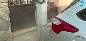 """""""Пълен абсурд"""": Електрически стълб запушва входа на къща (ВИДЕО)"""