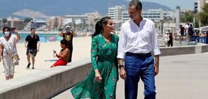 БЕЗ МАСКИ: Испанското кралско семейство на разходка в Палма де Майорка (СНИМКИ)