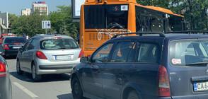 """Автобус и две коли се удариха на """"Цариградско шосе"""", блокираха движението (СНИМКИ)"""