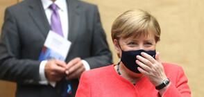 Ангела Меркел с тематична маска (СНИМКИ)