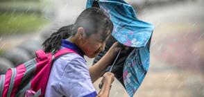 Поройни дъждове отнасят мостове, сгради и коли в Китай (ВИДЕО)