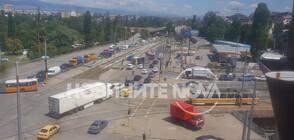 """ОТ """"МОЯТА НОВИНА"""": Камион се преобърна на столичен булевард (СНИМКИ)"""