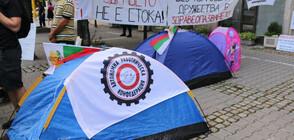 Медицински сестри опънаха палатков лагер пред здравното министерство (СНИМКИ)