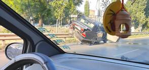 Две коли се нанизаха в мантинела в София (СНИМКИ)