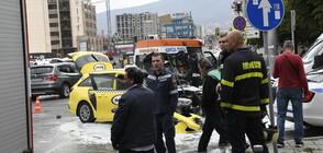 Такси се запали след удар в трамвай в София (ВИДЕО+СНИМКИ)