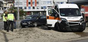 Лек автомобил и линейка катастрофираха в центъра на София (ВИДЕО+СНИМКИ)