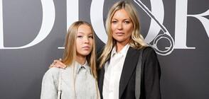 Дъщерята на Кейт Мос дебютира на модния подиум (ВИДЕО+СНИМКИ)