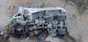 Камион падна от Аспаруховия мост (ВИДЕО+СНИМКИ)