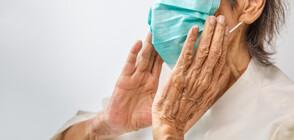 Доброволци носят храна и лекарства на възрастните хора