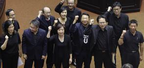 Юмруци и свински черва в тайванския парламент (ВИДЕО+СНИМКИ)
