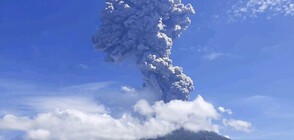 Мощно изригване на вулкан в Индонезия евакуира хиляди (ВИДЕО)