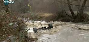 Река отнесе джип край Симитли (ВИДЕО)