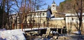 Задържаха двама мъже, откраднали пари от кутия за дарения в Дряновския манастир