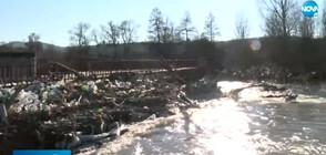 Боклуци затлачиха река Струма край Невестино
