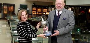 Министър Кралев дари купа на Илия Чубриков на Музея на спорта