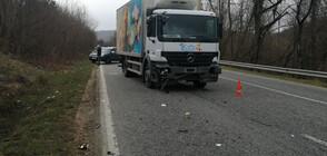 Камион удари лека кола с две деца в нея (СНИМКИ)
