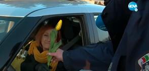 Полицаи подаряват цветя и усмивки за 8 март (ВИДЕО)