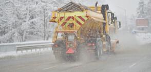 Силният снеговалеж затрудни трафика в страната