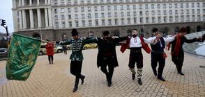 Частни фолклорни ансамбли излязоха на протест (ВИДЕО+СНИМКИ)