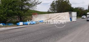 Тир се обърна на пътя Русе - Велико Търново (ВИДЕО+СНИМКИ)
