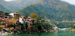 Десетки тела на починали са открити в река Ганг
