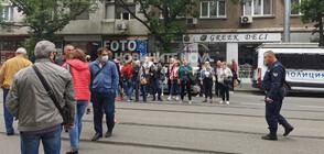 Протестиращи се събраха пред НАП (СНИМКИ)