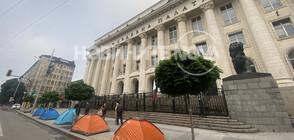 Протестиращи опънаха палатков лагер пред Съдебната палата в София (ВИДЕО+СНИМКИ)