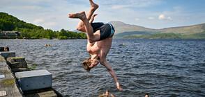Мъж от 1 година всеки ден се гмурка в езеро, за да се избави от COVID-стреса