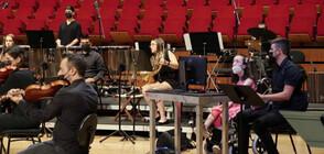 Студентка в инвалидна количка свири на арфа с очи (ВИДЕО)