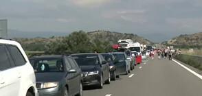 """ЗАДРЪСТВАНЕ НА ГРАНИЦАТА: Колони от коли и камиони към ГКПП """"Кулата"""" (ВИДЕО)"""