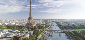 ЗРЕЛИЩНО ШОУ: Акробат мина по въже над река Сена в Париж (ВИДЕО)
