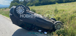 Шофьор обърна колата си по таван и избяга (СНИМКИ)
