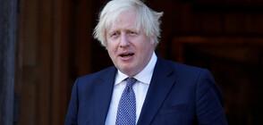 """Борис Джонсън се """"бори"""" с чадъра си по време на официално събитие (ВИДЕО)"""