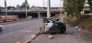 Кола се удари в стълб и се разцепи на две, има ранени (ВИДЕО+СНИМКИ)