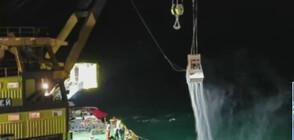 ПРИ РАЗТОВАРВАНЕТО: Торове от заседналия кораб падат в морето (ВИДЕО)