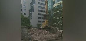 Разрушиха сграда на метри от случайни минувачи (ВИДЕО)
