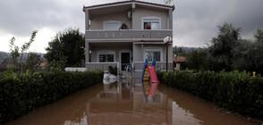 Наводненията в Гърция принудиха хора да се качат на покривите, за да се спасят