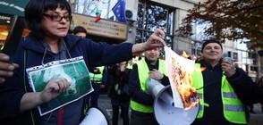 Протестиращи изгориха зелен сертификат пред Здравното министерство