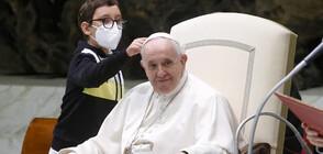 Дете опита да вземе шапката на папа Франциск (ВИДЕО)