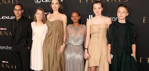 С РОКЛЯТА НА МАМА: Дъщерите на Джоли блеснаха с нейни тоалети на червения килим (СНИМКИ)