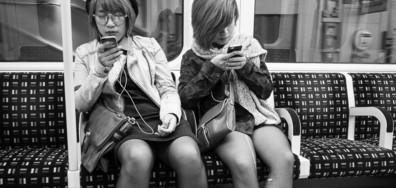 СМЪРТТА НА ОБЩУВАНЕТО: Снимки на хора, обсебени от своите телефони (ГАЛЕРИЯ)