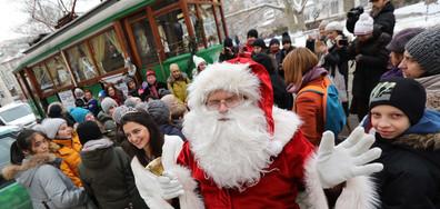 Коледен ретро трамвай тръгна по улиците на София (СНИМКИ)